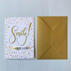 kaartje Smile met armbandje en gouden envelop